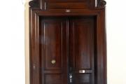 Vstupní bytové dveře nájemního domu z roku 1888