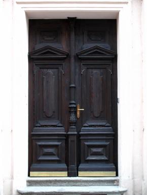 Portálové dveře domu z r. 1888. Vnější strana dveří po restaurování.