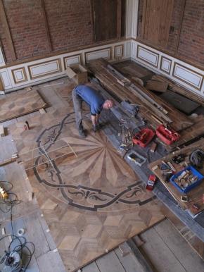 PéKáčko při instalaci restaurovaných intarzovaných panelů