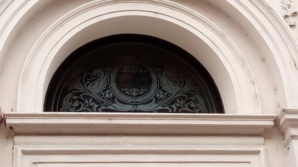 Světlík s pískovaným sklem. Portál domu z r. 1888