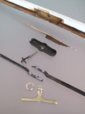 Okenní klapačka s olivou v průběhu restaurování